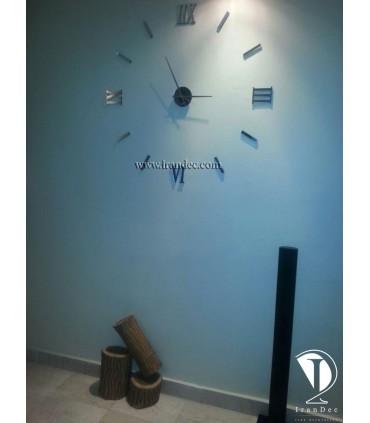 نمونه نصب شده ساعت دیواری عدد رومی رنگ نقره ای با عقربه معمولی